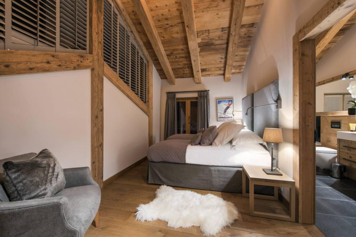 Double/twin bedroom with en suite bathroom in Chalet Sirocco at The Alpine Estate in Verbier