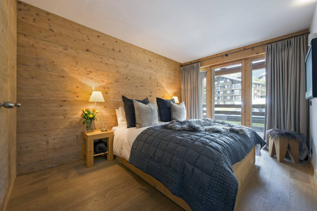 Double bedroom with balcony access at Apartment Victoria 111 in Verbier