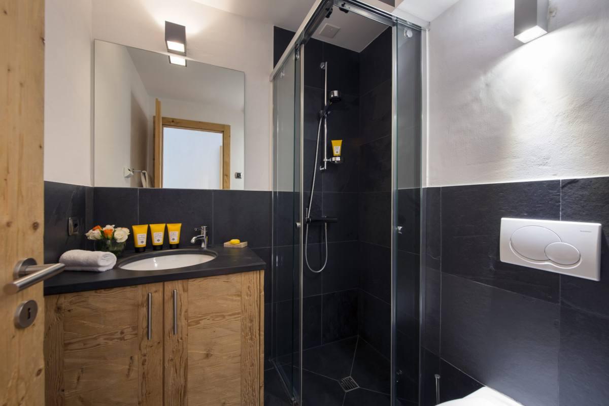 Twin bedroom en suite shower room at Apartment Victoria 111 in Verbier