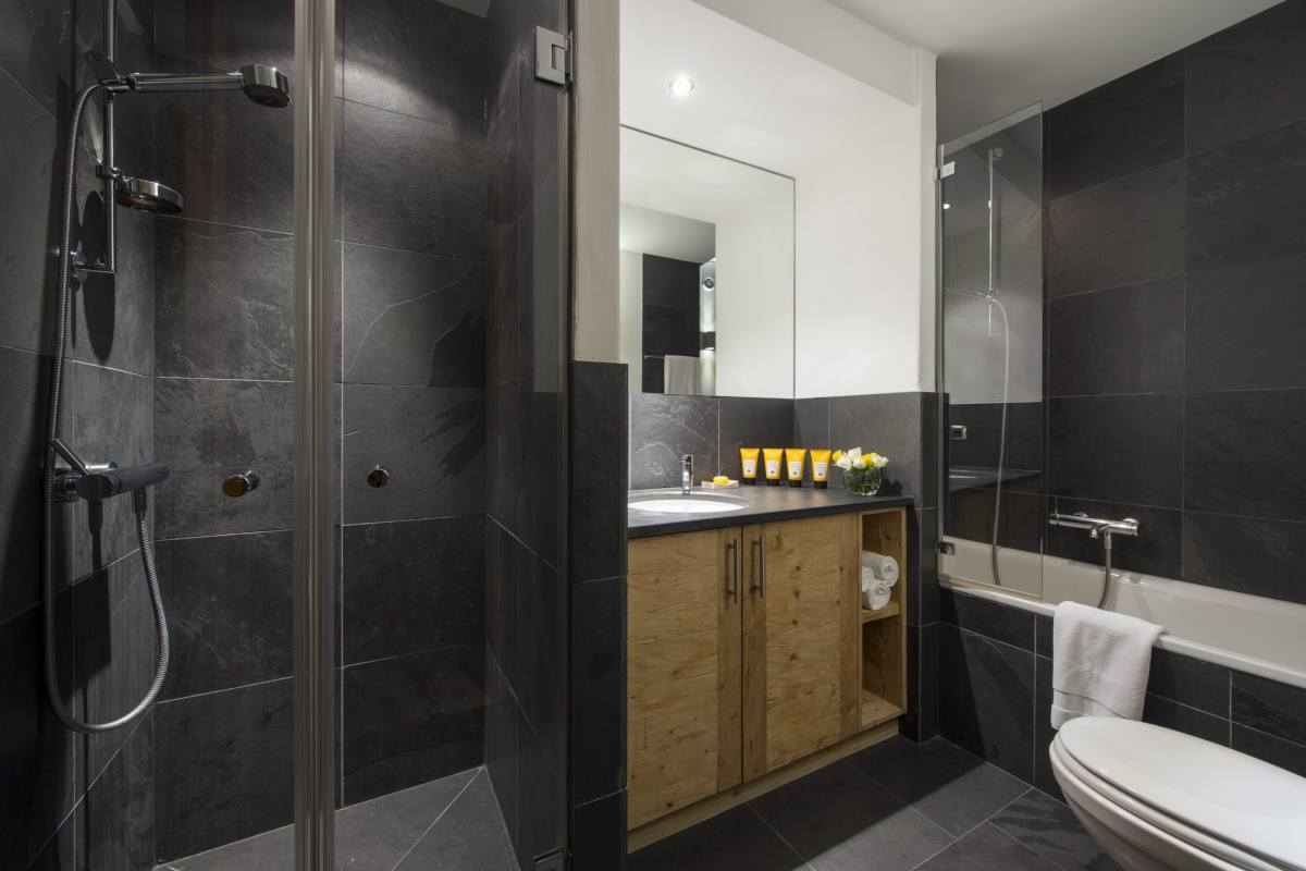 Shared bathroom with separate shower at Apartment Victoria 111 in Verbier