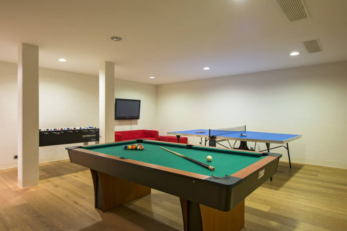 Shared games room with a pool table and table tennis at Apartment Victoria 111 in Verbier