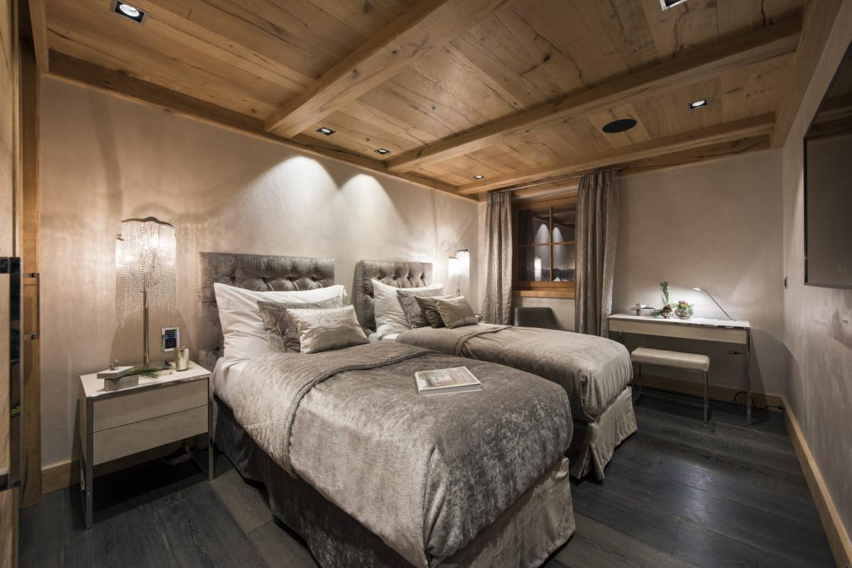 Twin bedroom with ensuite shower room at Chalet Aconcagua in Zermatt