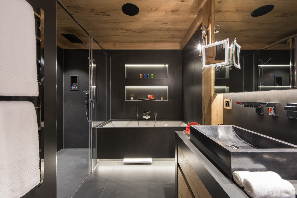 Ensuite with bath tub and shower at Chalet Aconcagua in Zermatt