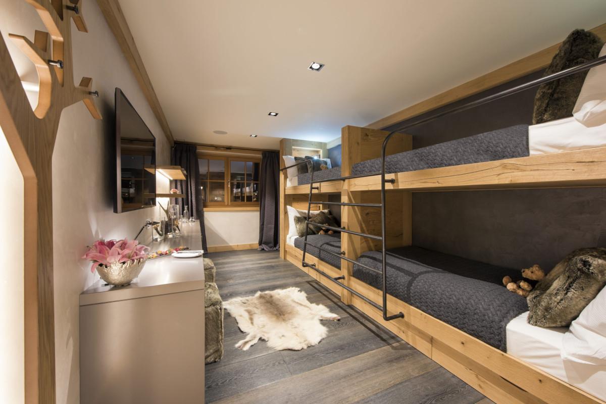 quad bunk room with ensuite shower at Chalet Aconcagua in Zermatt