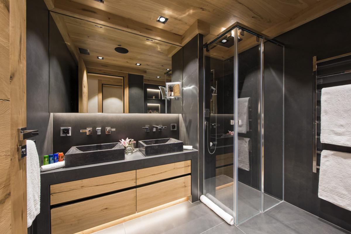 Ensuite bathroom and shower at Chalet Aconcagua in Zermatt