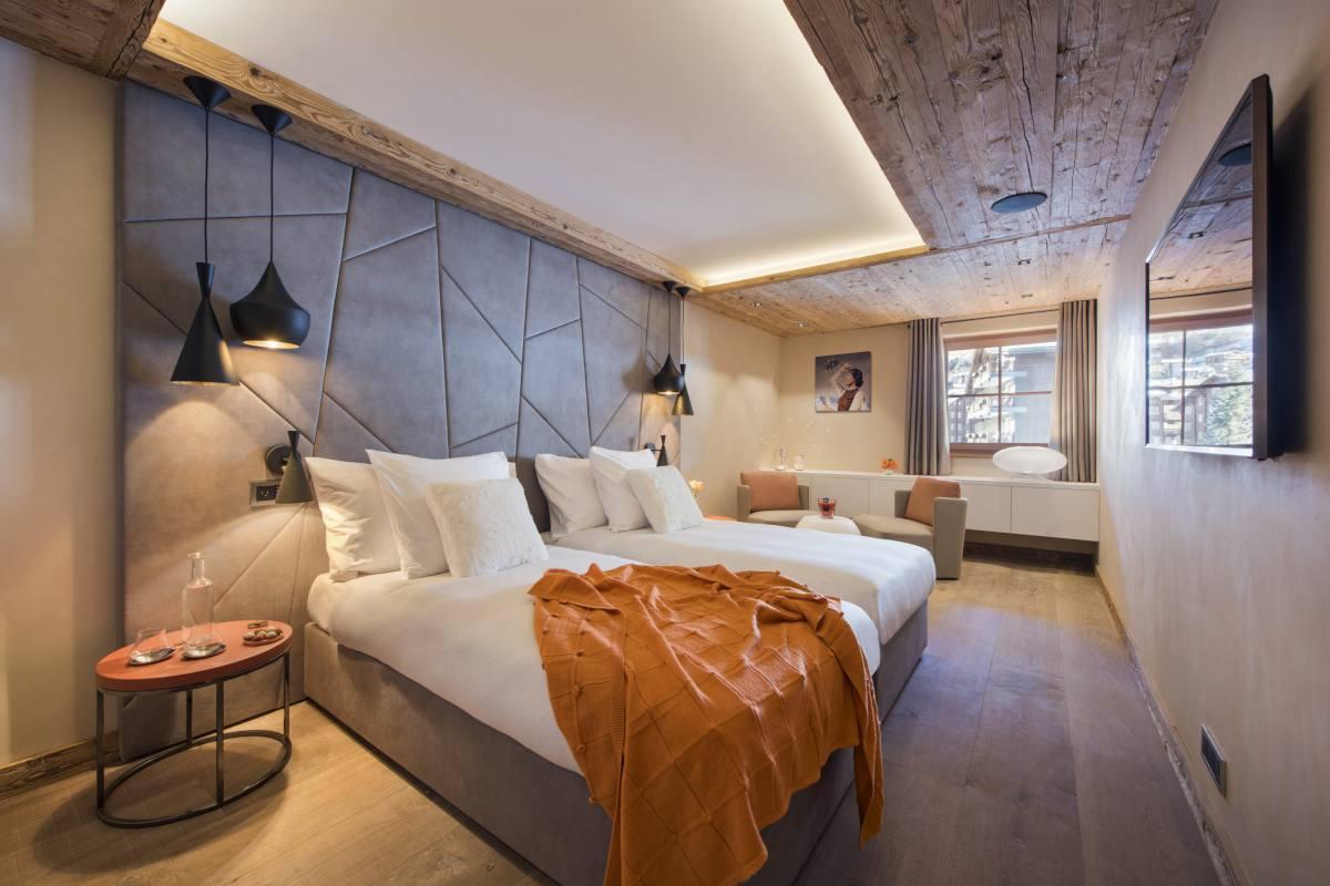 First floor double/twin bedroom at Chalet Elbrus in Zermatt