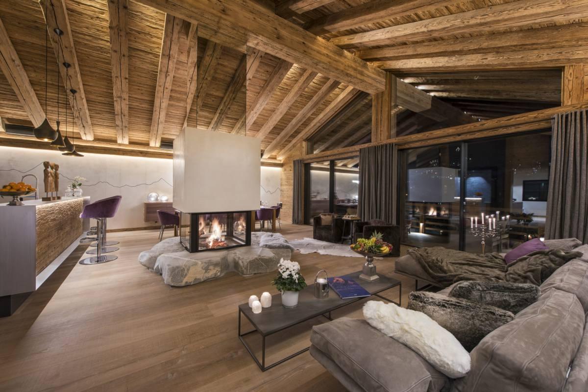 Living area at night at Chalet Elbrus in Zermatt