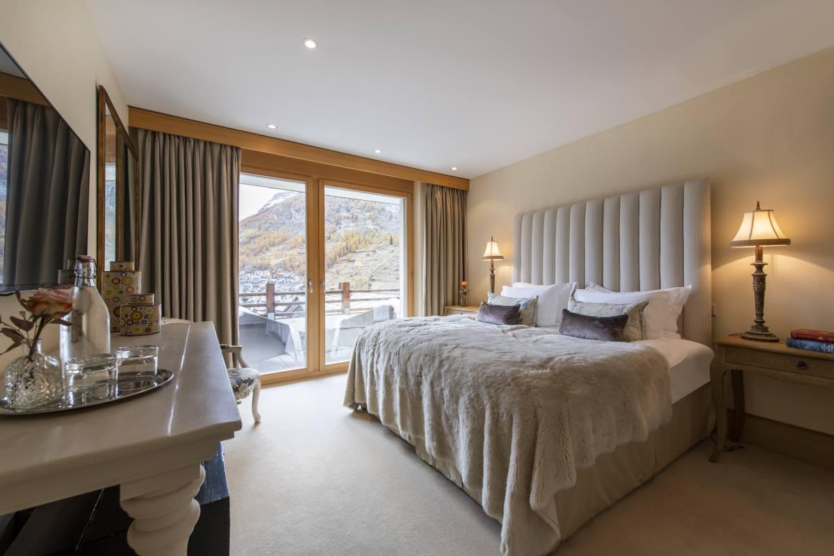 Hegemone double/twin bedroom with balcony at Chalet Grace in Zermatt