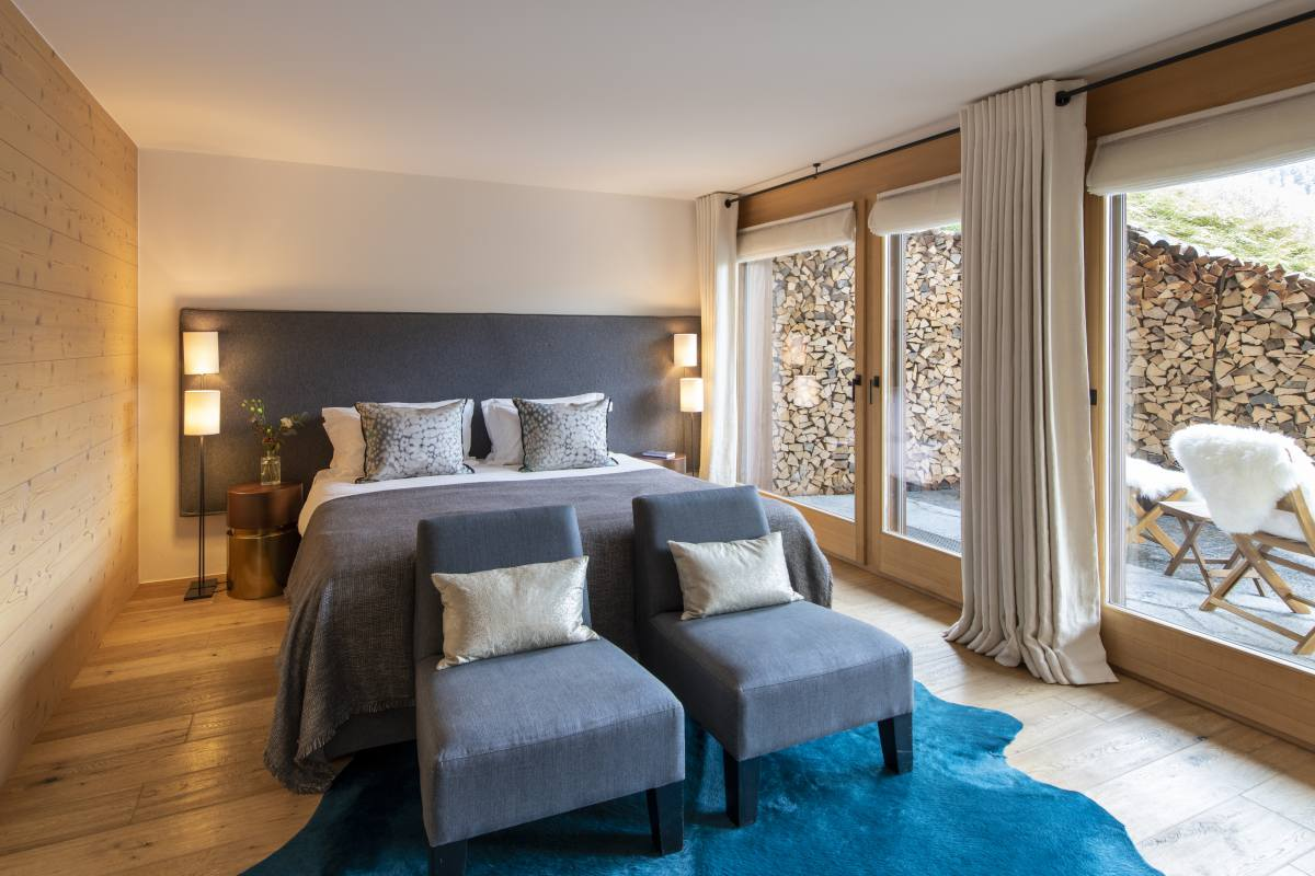 Micklewhite double/twin bedroom with terrace access at Chalet Maurice in Zermatt