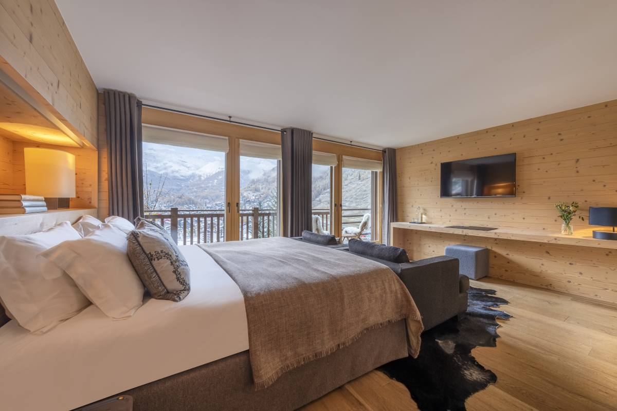 Ravel double/twin bedroom with mountain views at Chalet Maurice in Zermatt
