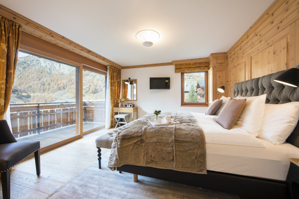Double bedroom with views and balcony at Chalet Shalimar in Zermatt