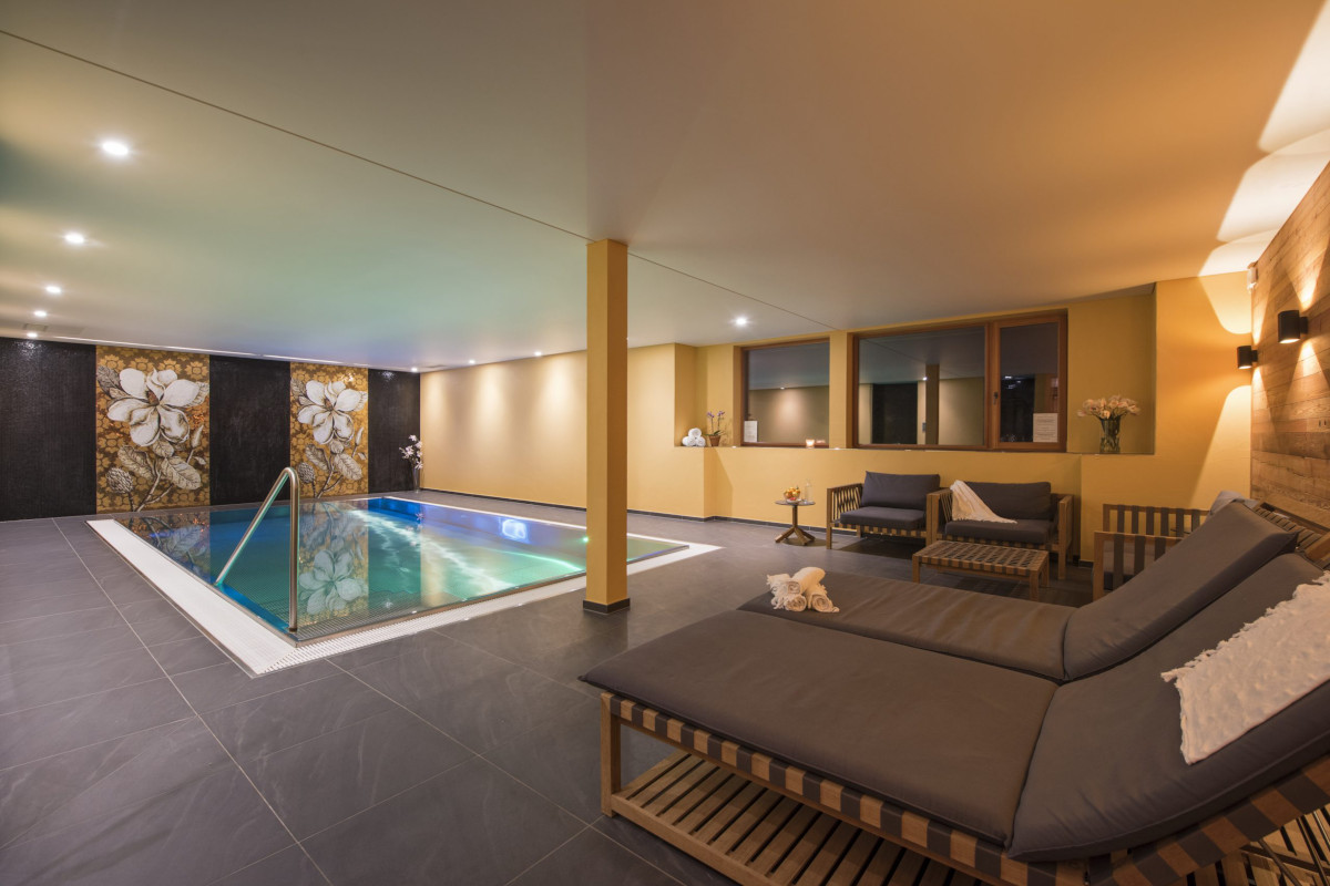 Swimming pool and relaxation space at Chalet Shalimar in Zermatt