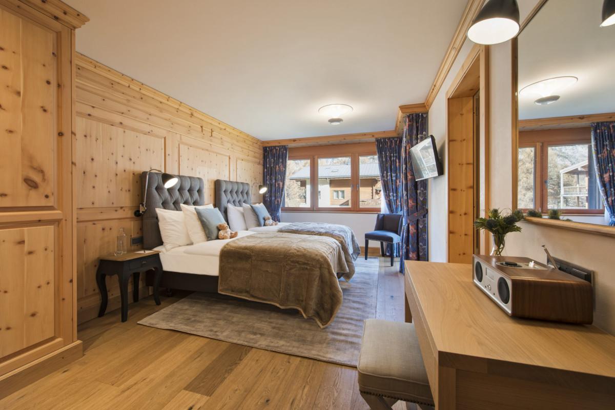 Twin bedroom with ensuite at \Chalet Shalimar in Zermatt