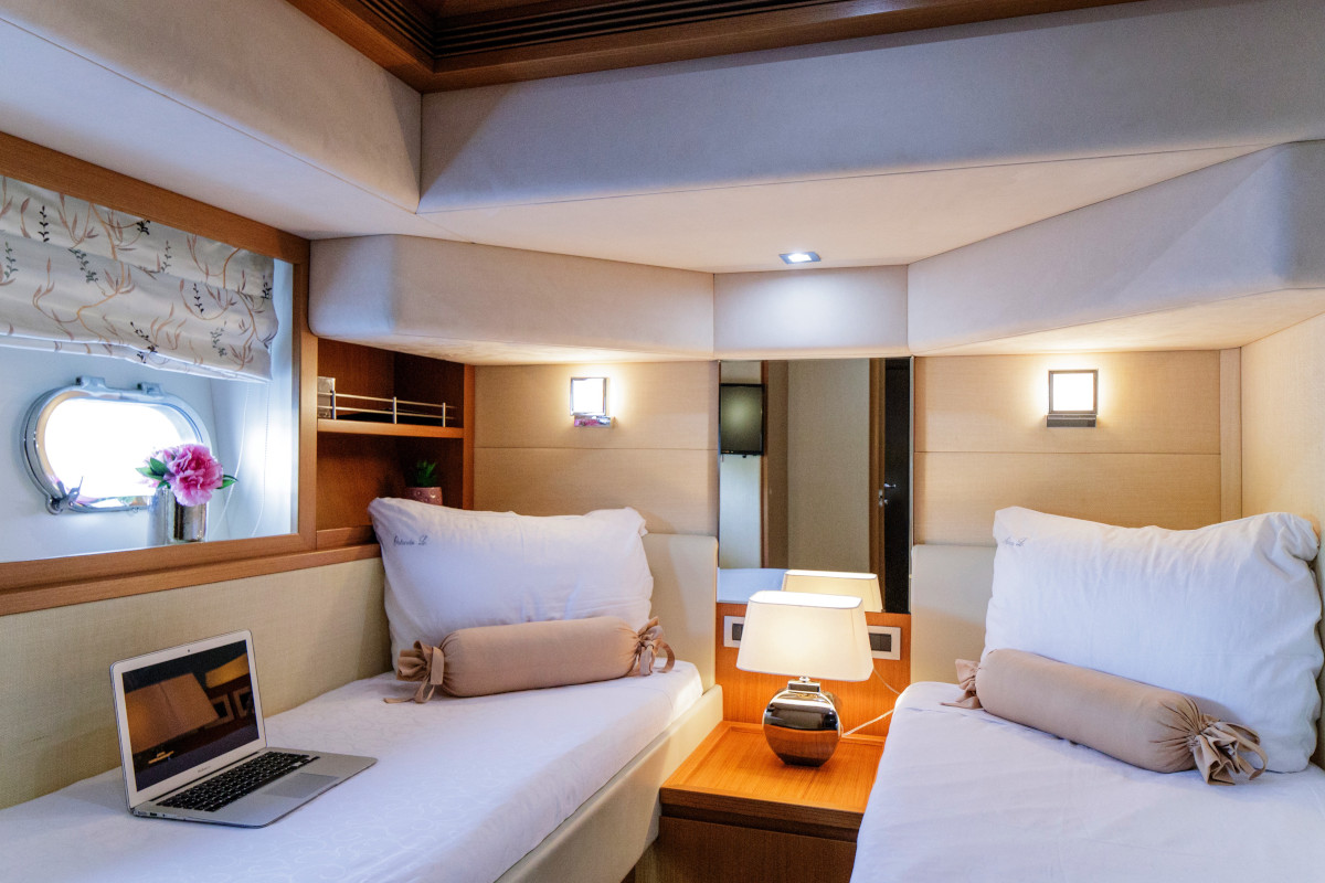 Twin cabin on M/Y Orlando L with pullman bed and ensuite bathroom
