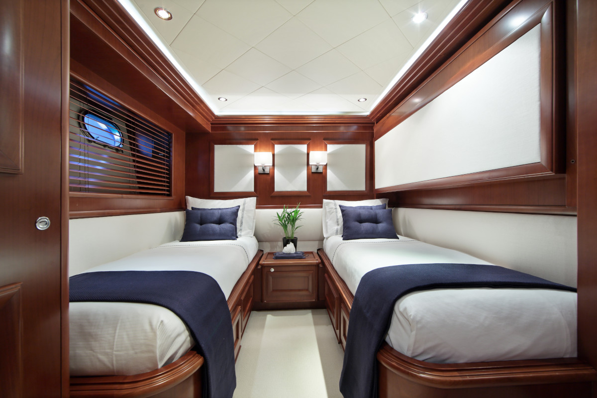 M/Y Lady Soul twin bed stateroom with ensuite